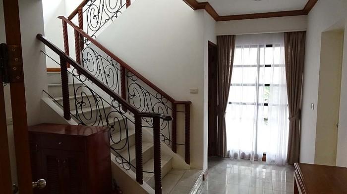 とにかく廊下がゆったりと広い「階段下の収納も充分」