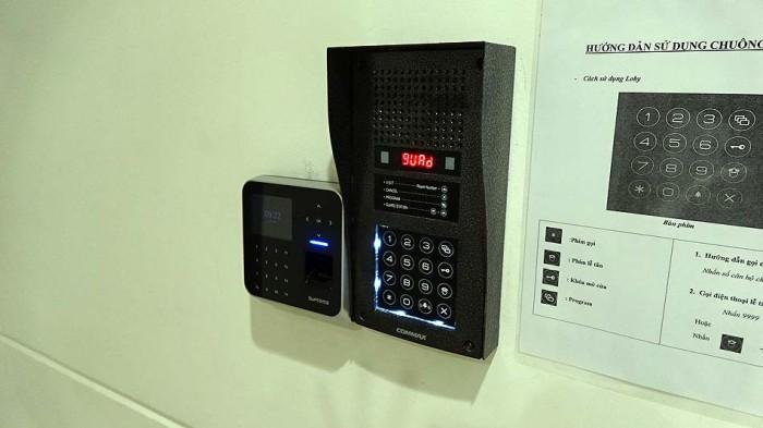 1階のエントランス扉の開閉はパスワードか指紋認証です