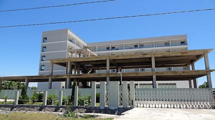 手前はオフィス棟の建築が進んでいます。全室50室の新築サービスアパート(ホテル)です