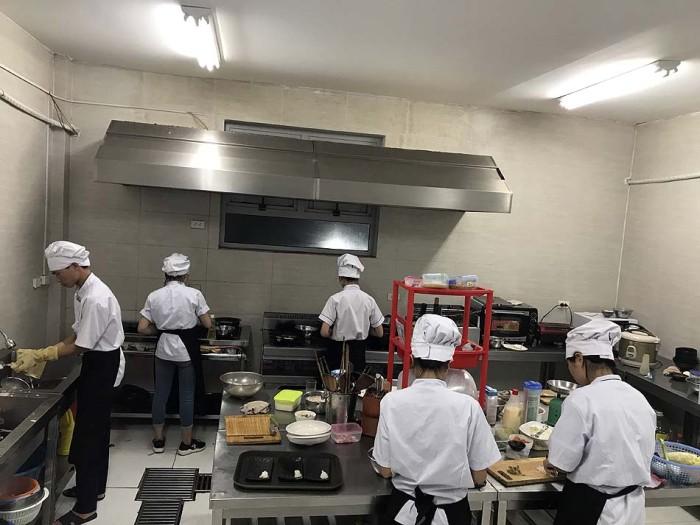 ベトナム人を仕切る愛弟子「チャンさん」。キッチンは忙しいせいか活気があり、何より清潔です