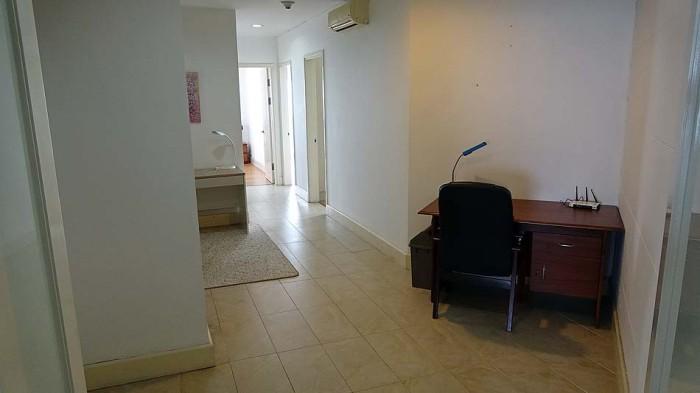 ベッドルームへつながる広い廊下