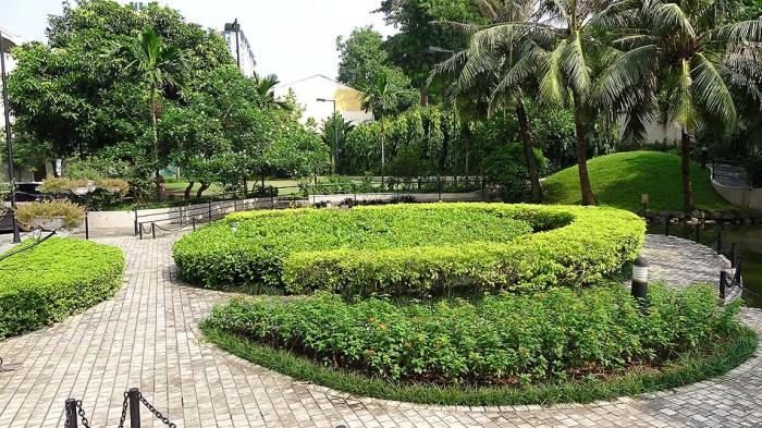 広い敷地に入ると、静かな庭がひろがっています