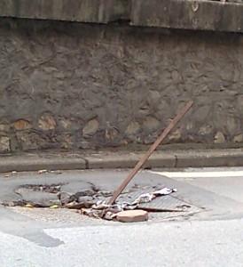 道路に突き刺さったままの鉄棒