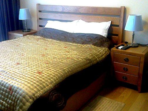 主寝室のダブルベッドルーム