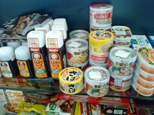 日本のソース、缶詰、レトルト食品もそろっています