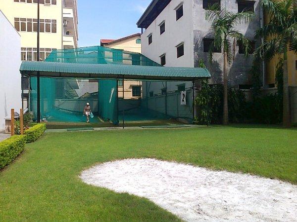ゴルフの打ちっぱなし2面と手前はバンカー練習場