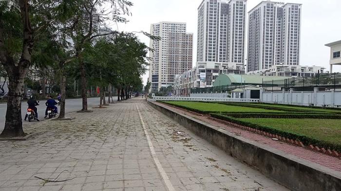 学校前の歩道「広い歩道が着いているので安心ですね」
