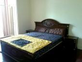 The Manor「主寝室のキングサイズベッド」