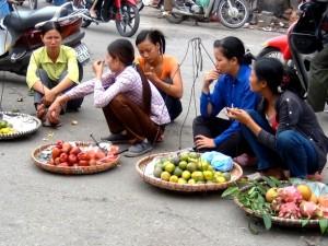 「ドンスアン市場」で露天商をする若い女性達