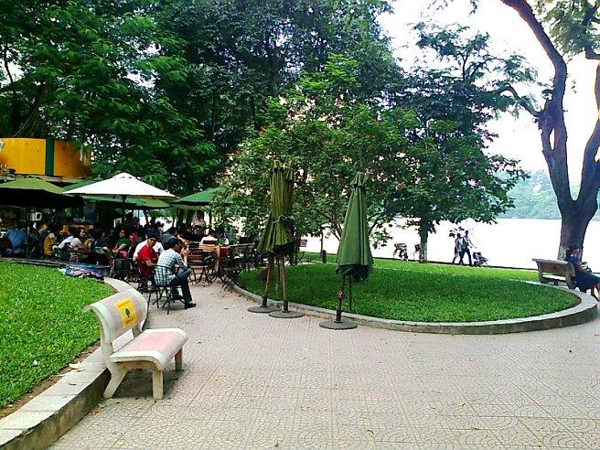 休日のホアンキエム湖