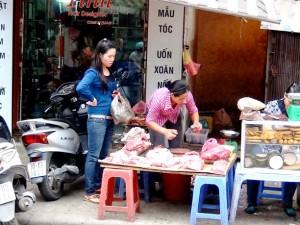 「ドンスアン市場」でお肉をさばくおばちゃん