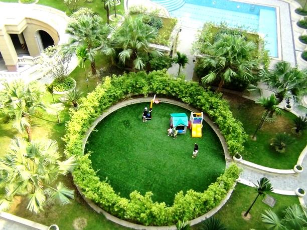 敷地内の公園で元気に遊ぶ子供達