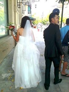 ハイバーチュン通りを写真撮影で歩く新婚さんカップル