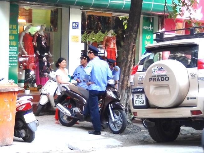駐車違反の取締に来た警官に対し雇い主をかばうメイドさん