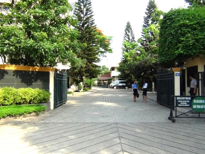 Oriental Palace正門の風景「広い敷地内で静かに、ゆったりとお過ごしいただけます」