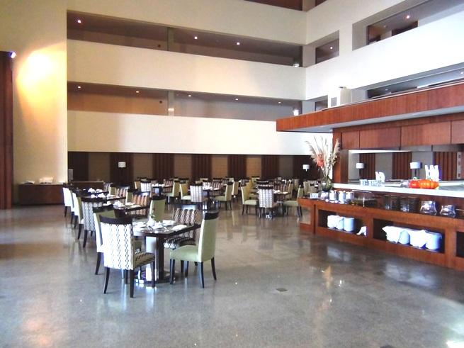 「CALIDAS LAND MARK 72」の朝食ビュッフェスペース「週6日の朝食が家賃に含まれます」