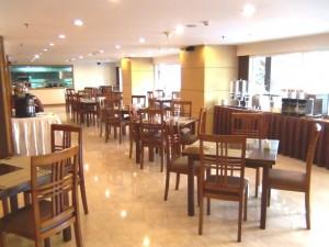 毎朝の朝食サービス、および食事は建物内のこのレストランにて
