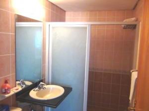 シャワー室はガラスの扉付きですので、シャワー中でもお手洗いを利用できます。