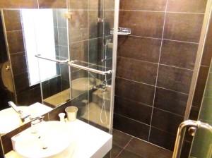 グラスシャワー室はスライドのガラス扉でハネを防ぎます