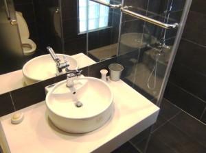 洗面スペース「白と黒のモノトーンでシックな風合いです」