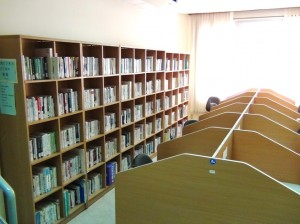 経済から日本語学習、日本文化に至るまで約8500冊の蔵書があります