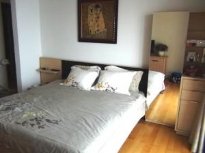 メインベッドルーム「たっぷりサイズのベッドに姿見付収納」