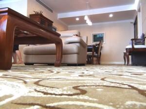 リビングダイニング廊下の床は落ち着いたカーペット敷き「小さなお子様には安心ですね」