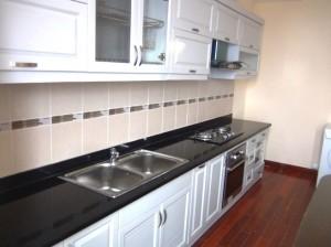 1.570ドル2ベッドルームのキッチン「横幅一杯、ビルトインオーブンもある本格的なキッチンユニットです」