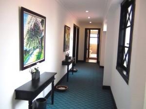 廊下はホテル仕様の絨毯