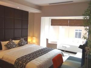 3ベッドルーム(124㎡)の光溢れる明るいメインベッドルーム