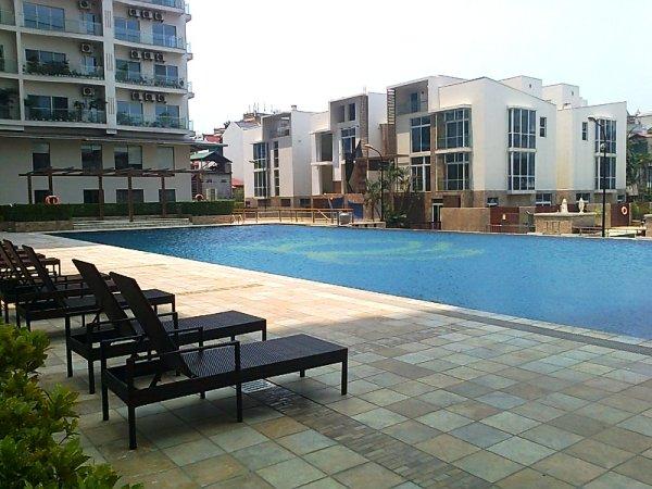 敷地内プール.大人ががっつり泳げる50mプールがあるのは嬉しい