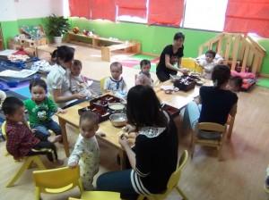 保育園園児は明るい先生方に囲まれて楽しそうでした