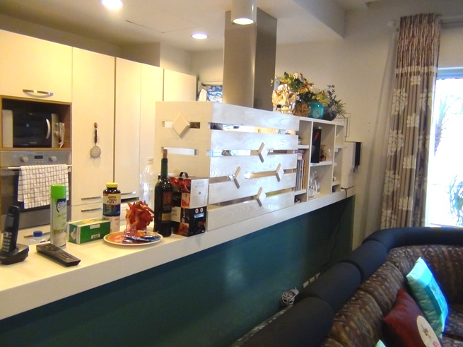 キッチンにしつらえられた細かい収納スペース