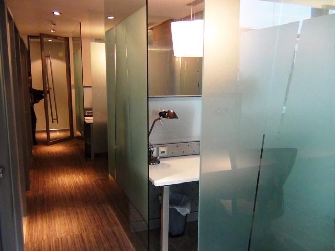 シェアルームの様子「緩やかにガラスの仕切で区切られていますが、このスペースだけで会社設立可能です」