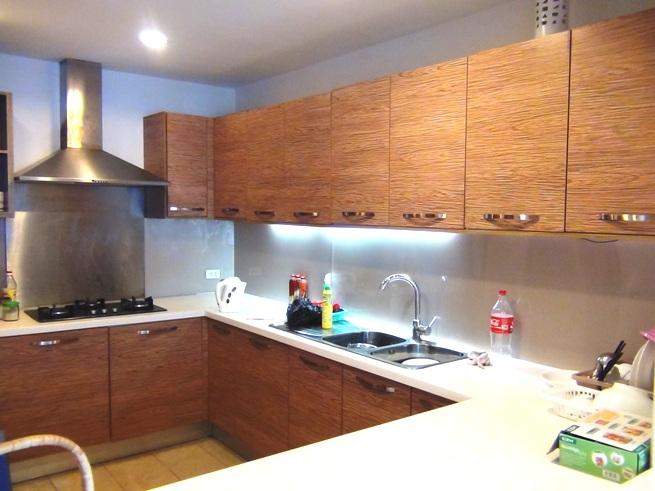 台所はコの字の広いスペースが確保されています