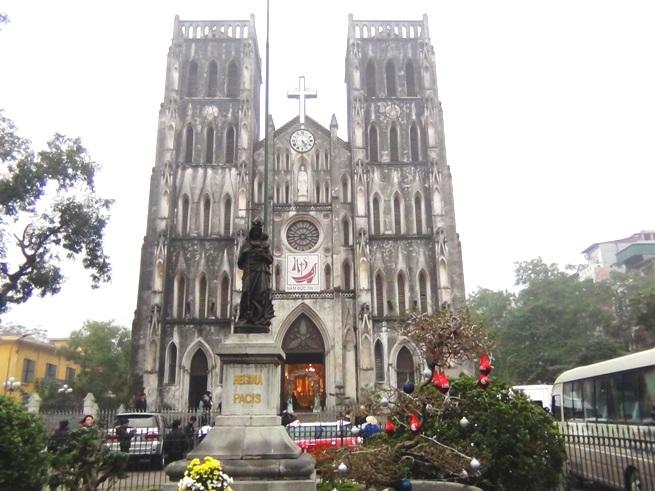 ハノイ大教会は常に観光スポットとして待ち受けてくれています