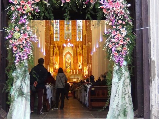 ハノイ大教会は結婚式の真っ最中でした