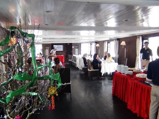 バーヤ号の3階レストランの船内風景