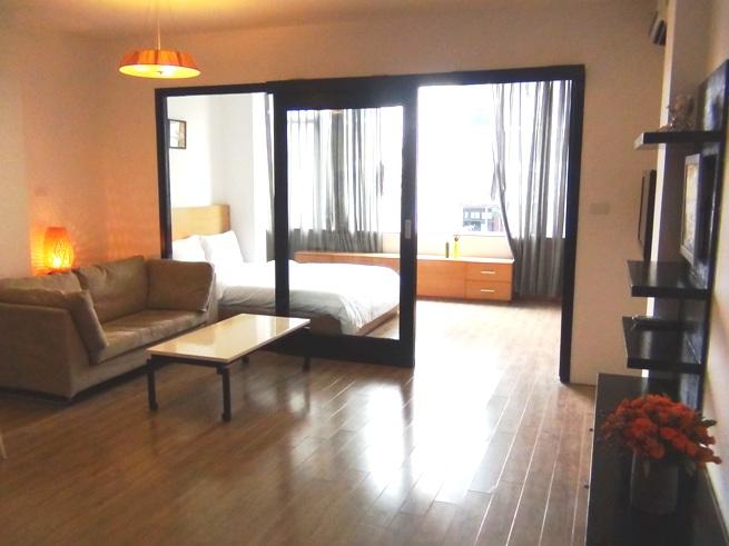 1ベッドルーム「窓からの光が部屋全体に行き渡る設計です」