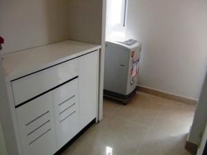 下足箱の横には洗濯機「各部屋に標準で洗濯機はあります」