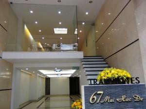 正面玄関「2階はオフィススペースです」