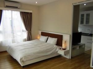 スッキリと8畳はあるベッドルーム「窓が沢山あり明るい室内です」
