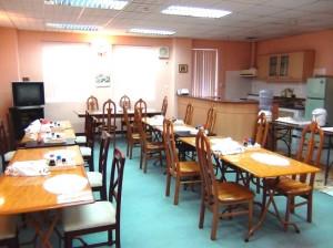食堂はゆったり清潔感溢れるスペースです