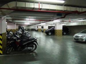 地下駐車場「5フロアもあるので空きスペースは充分あります」