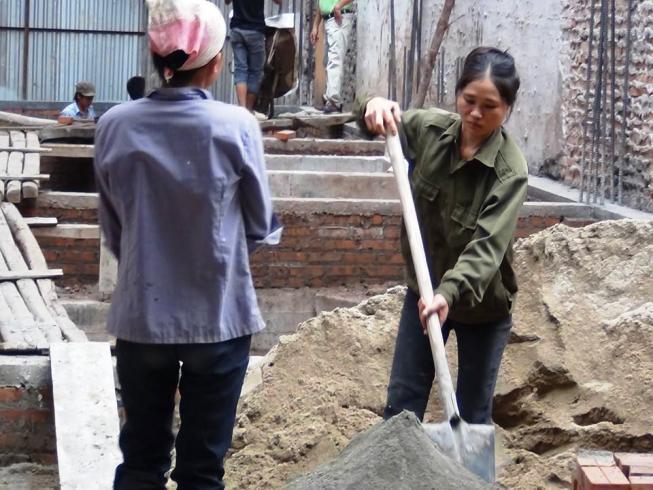 工事現場で力仕事をするベトナムの女性達