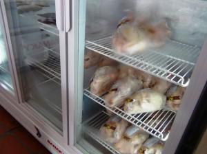 安心加工の鶏肉が売られています「飼育段階から輸送、そして保管にいたるまで、冷蔵基準を厳しく取り決めてあります