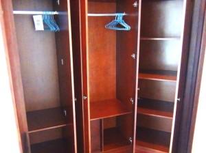 メインベッドルームの収納「充分な広さが確保されています」