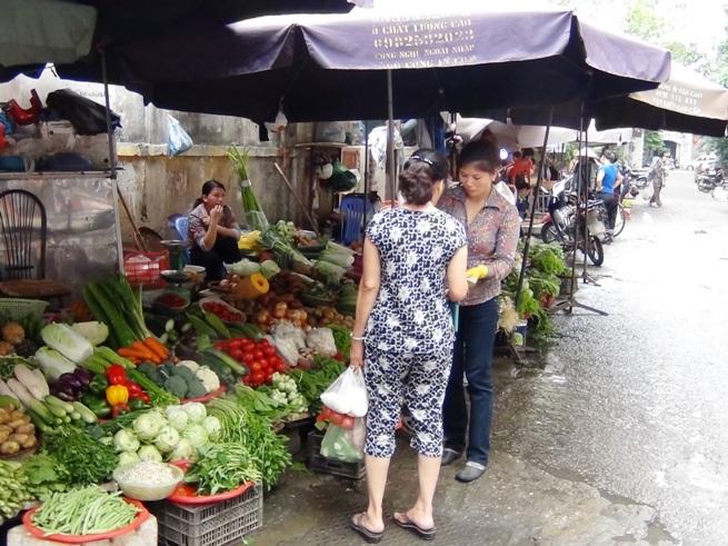 Linh Lang通りの台所「リンラン市場」。新鮮な野菜や魚くだものがたくさん集まります