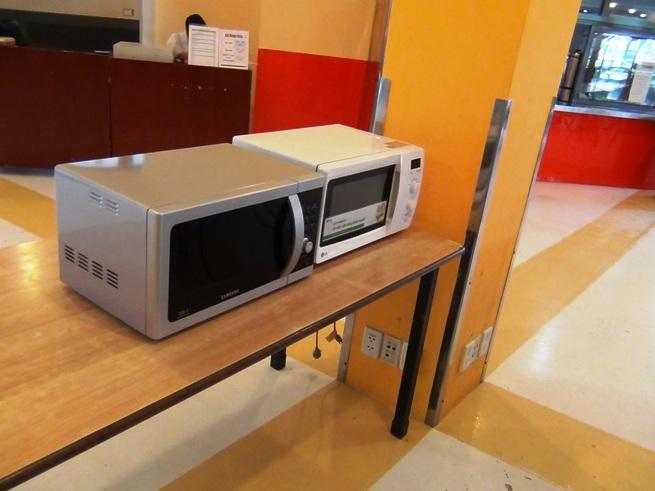食堂にはお弁当の子供たちの為に電子レンジが置かれています