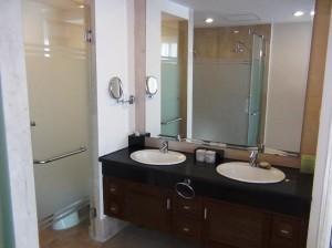 メインベッドルームにつながるサニタリースペース「もちろんバスルームとお手洗いはセパレートです」